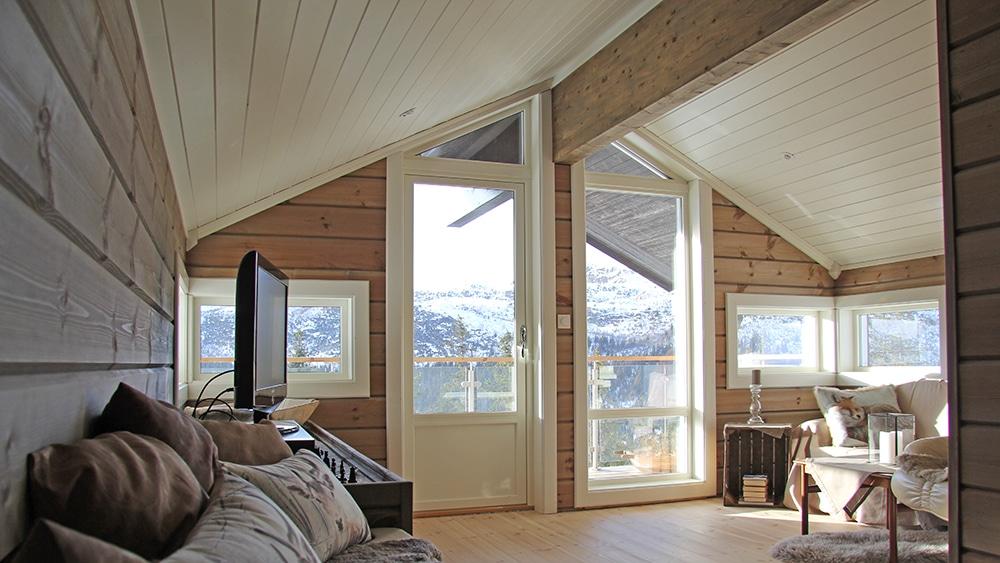 Stue oppe med utsikt ut og glassrekkverk copy