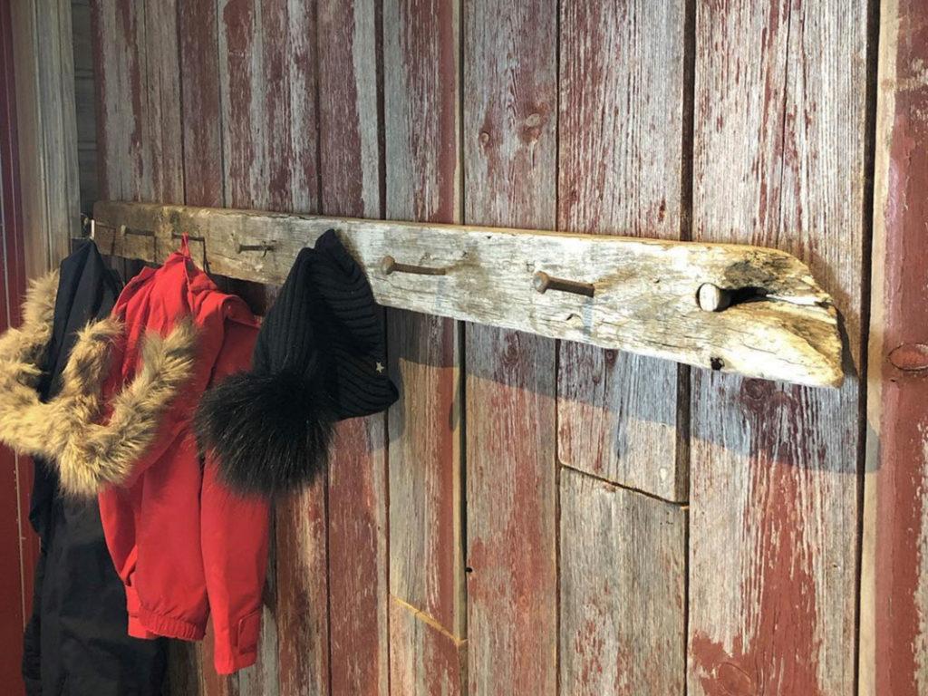 Bilde av knaggrekke på gammel fjøspanel finalist nummer 10. Hytteprisen 2021.