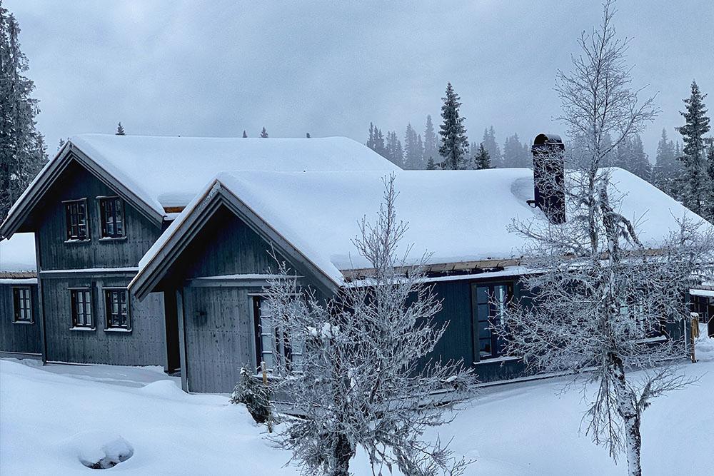 Bilde av hytte fra utsiden. Finalist nummer 8 hytteprisen 2021.