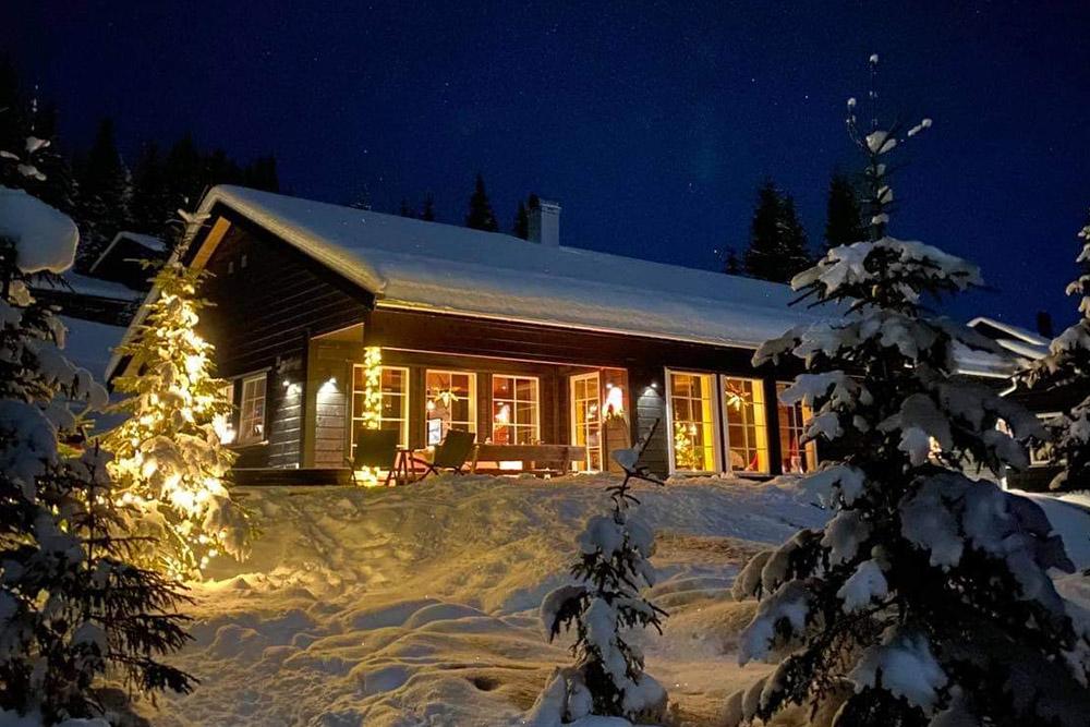 Bilde av hytte sett fra utsiden. Finalist nummer 7 årets hyttepris 2021