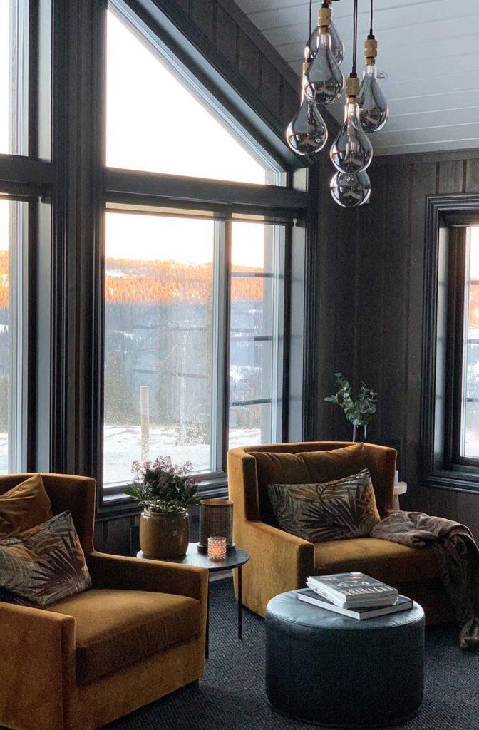 Bilde av lesekrok ved store vinduer. Finalist nummer 8 årets hyttepris.