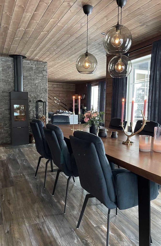 Bilde av stue og kjøkken. Finalist nummer 7 årets hyttepris 2021
