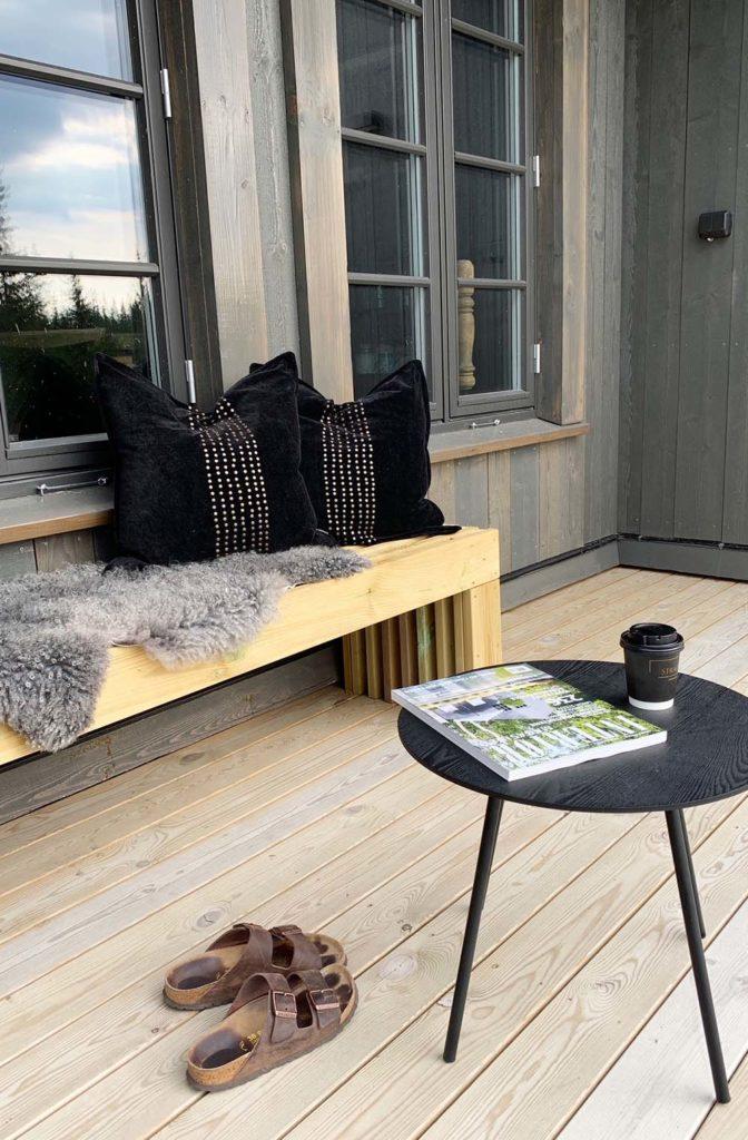 Bilde av terrassen. Finalist nummer 8 årets hyttepris.