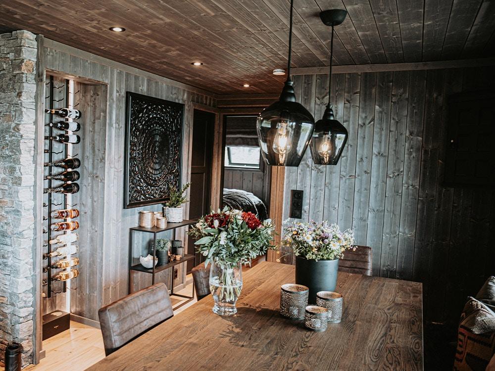 Bilde av hytte som vant hytteprisen 2021. Bilde fra stuen mot inngangspartiet.