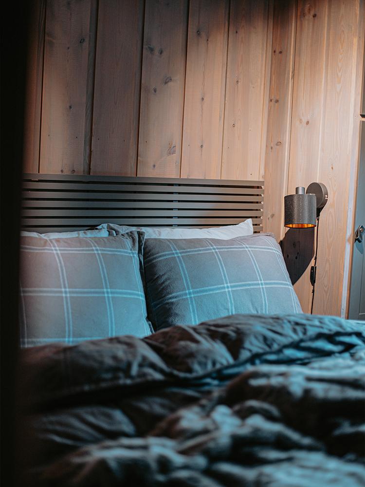 Bilde av hytte som vant hytteprisen 2021. Bilde fra ett av soverommene.