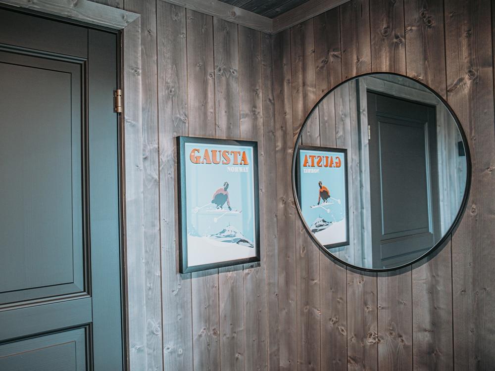Bilde av hytte som vant hytteprisen 2021. Miljøbilde av sort dør og bilde på veggen med Mørkne panel fra interiørkolleksjonen NORD.